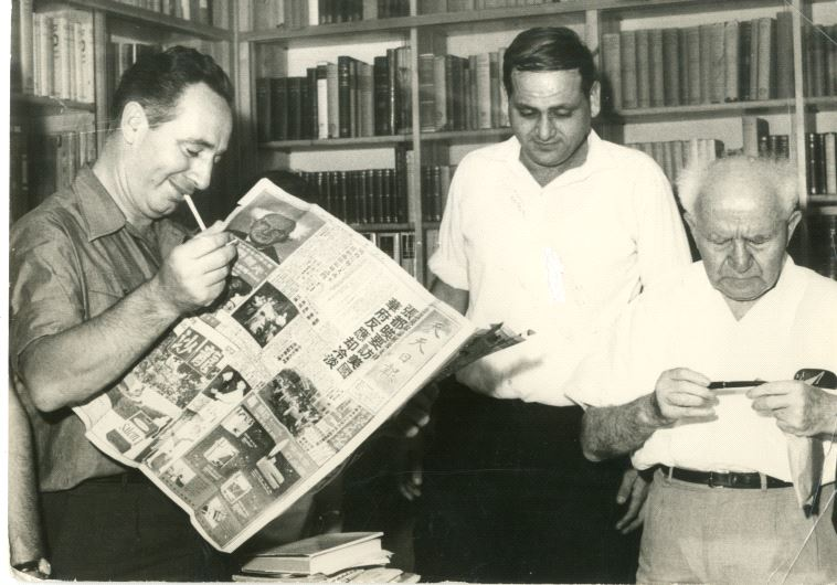 Shimon Peres reading the headlines with David Ben-Gurion