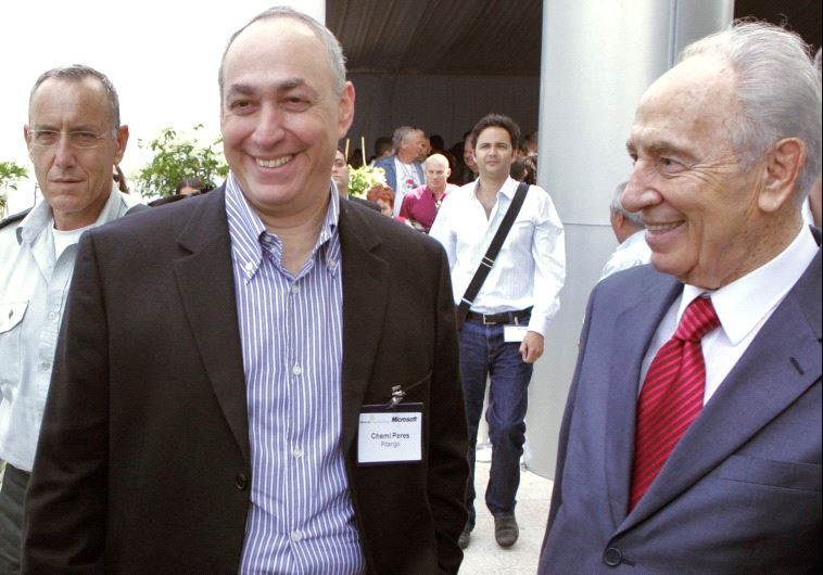 Chemi Peres (L) standing next to his father, former President Shimon Peres in 2008 (photo credit: JACK GUEZ / AFP)