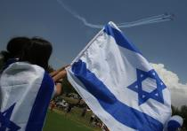 Israelis excitedly look on as the IAF performs its annual flyover.