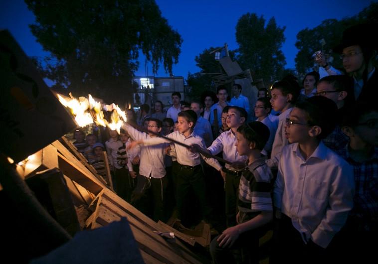 Ultra-Orthodox boys light a bonfire in Bnei Brak (Photo by: Reuters)