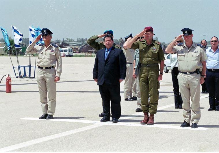 Former defense minister Binyamin Ben-Eliezer visits the Tel Nof airforce (Credit: ARIEL HERMONI / DEFENSE MINISTRY)